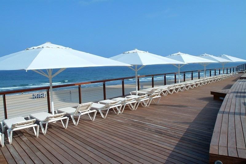 כיסאות ים ליד חוף הים